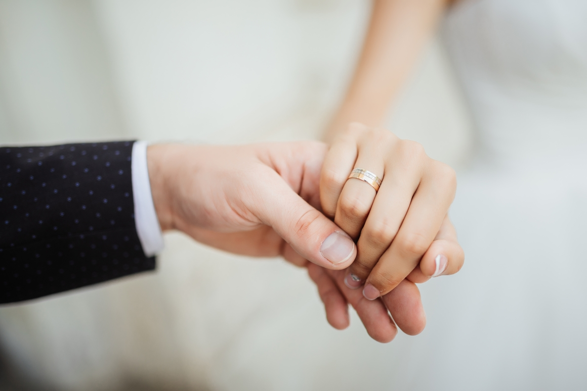wedding-moments-newly-wed-couple-s-hands-with-wedding-rings